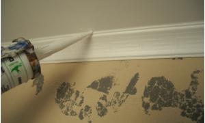 Монтаж плинтуса потолочного: как крепить своими руками, чем замазать стыки