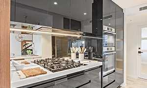 Чем мыть глянцевый кухонный гарнитур: как чистить от жира, без разводов