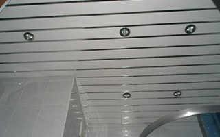 Алюминиевый потолок: монтаж своими руками, видео