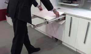 Выдвижная столешница на кухне: встроенный кухонный стол с передвижным механизмом