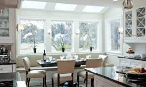 Как оформить окно на кухне шторами