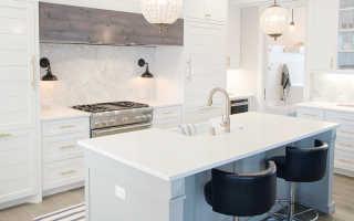 Барная стойка у стены: кухня с барной стойкой и пристенным барным столом